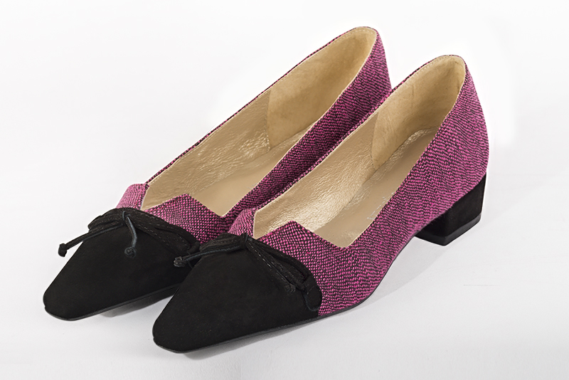 Chaussure femme escarpin : Escarpin cérémonie avec un noeud couleur noir intemporel et rose fuchsia. Talon mi-haut. Talon bottier. Bout effilé - Florence KOOIJMAN